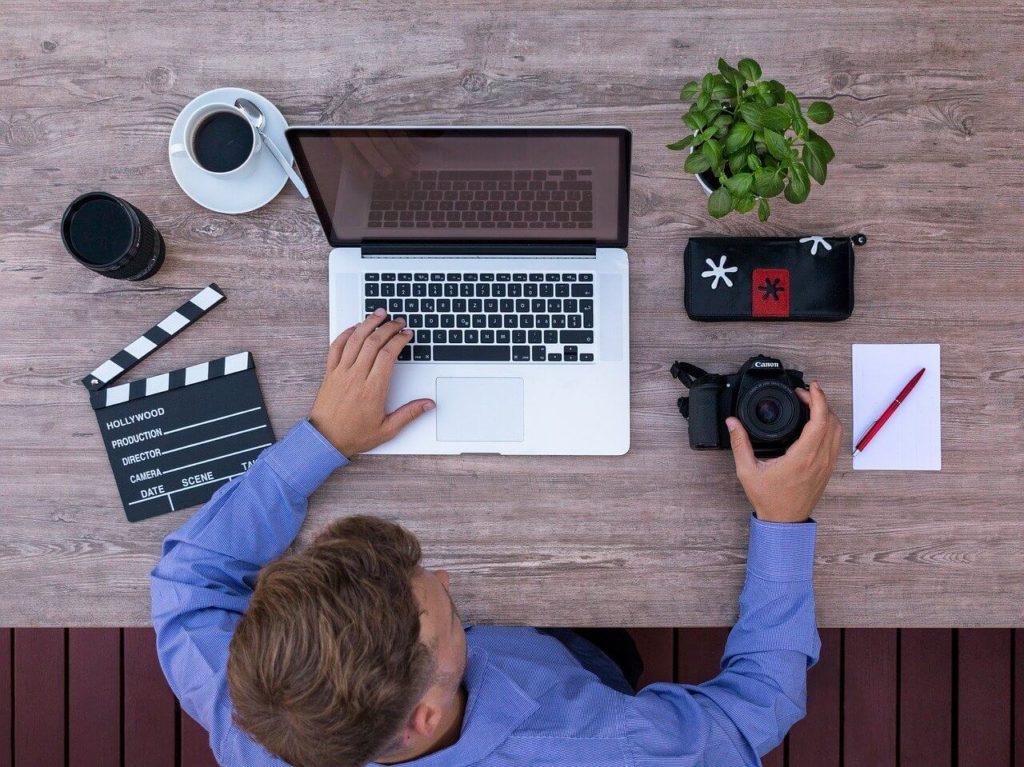 freelancer przy komputerze
